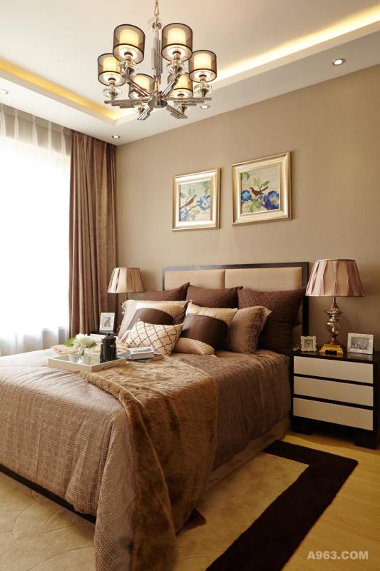 卧室格调十足,客厅的米黄色、咖色、花纹抱枕组合搭配茶几上的荷花座以及艺术瓶,再加上墙上挂的水墨荷花显得整个客厅充满了古典文化的气息,处处都充满了匠心的设计。