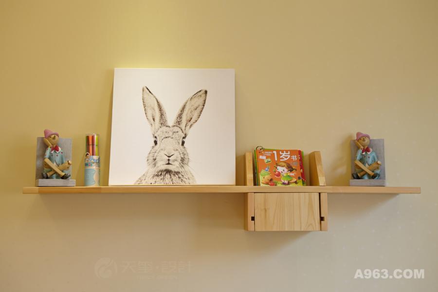 随处可见的插画增加了空间的韵味,思考的小木偶和蜡笔儿童书的摆放让人觉得舒适规则,看上去美观而不凌乱。