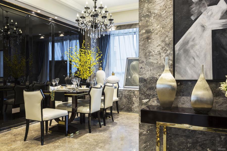 仿著名品牌家具,配上品牌的碗碟,宝石蓝的窗帘也是设计师特别要的,想在这灰色空间里加几个点缀色,墙上金属边框配上鳄鱼皮纹皮饰,无处无显奢华。