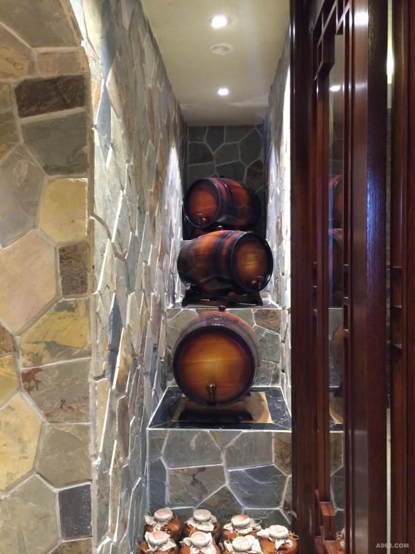 木头的文艺,木桶的摆放给屋子增加了韵味为中式雅致生活增添了一种厚重、内敛、深远的风格特征。轻抚木器,感受中国文化的美学灵魂。