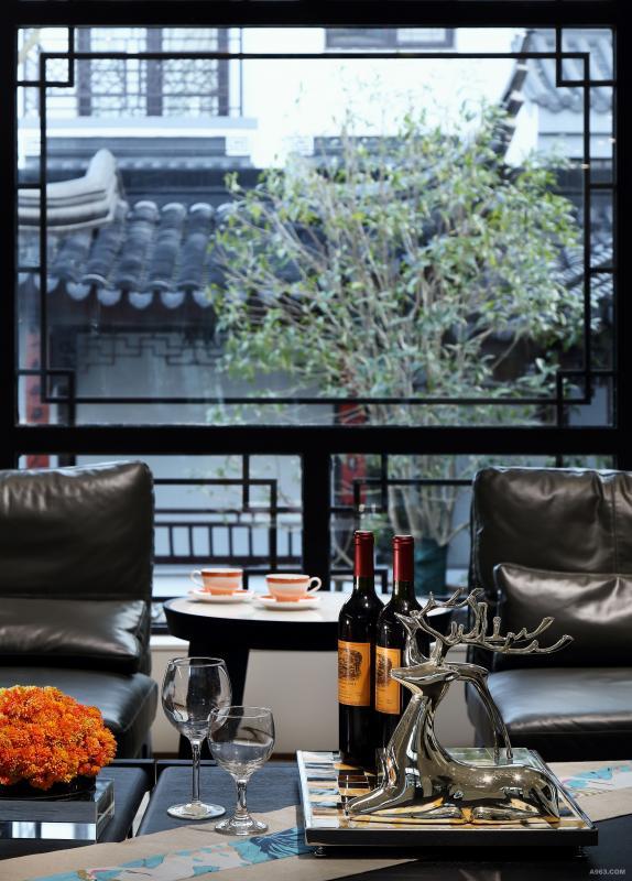 客厅-黑白主色调的空间点缀亮橘色,原本沉静的空间被唤醒,金属材质的麋鹿饰品增加整个空间的质感