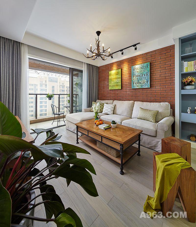 客厅选择了线条利索简洁的灰色调沙发,配着暖色调实木茶几,简约大气。素雅的花束与墙壁挂画带来心灵上的宁静享受。墙上字母挂画与整体的玫红色墙壁形成强烈色彩对比,表达情感更加鲜明,成了绝妙的点睛之笔。