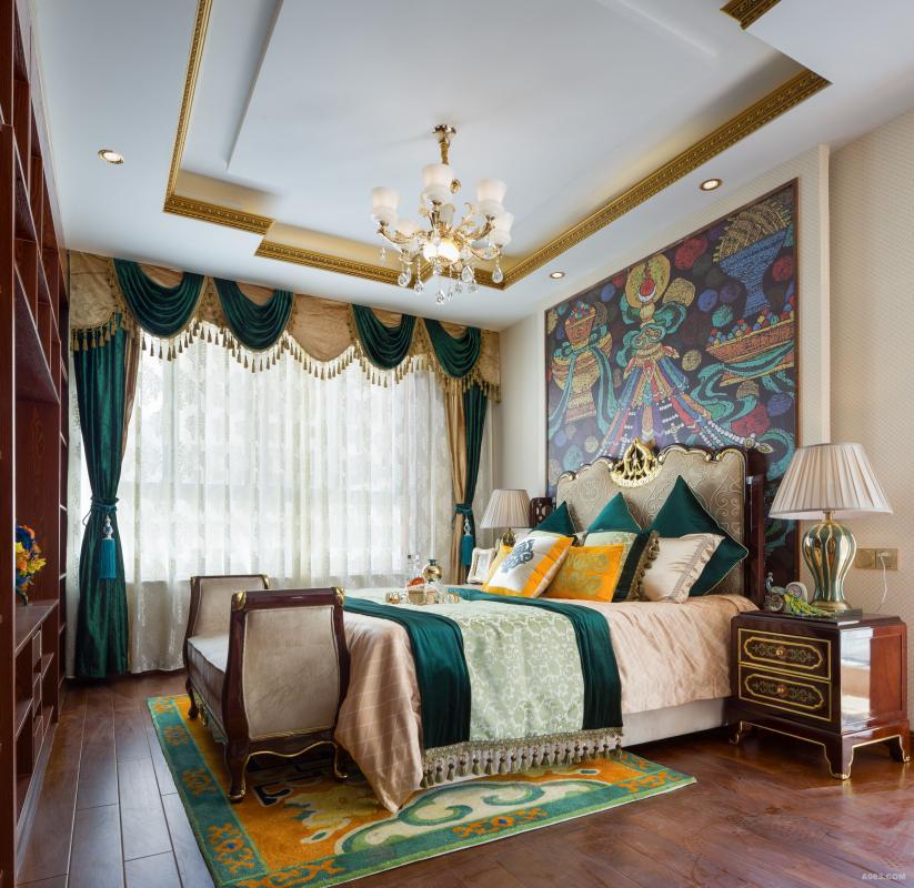 主卧的地毯与抱枕上的图案都由设计师特别绘制设计,大胆的用色,瞬间成为空间的点睛之笔