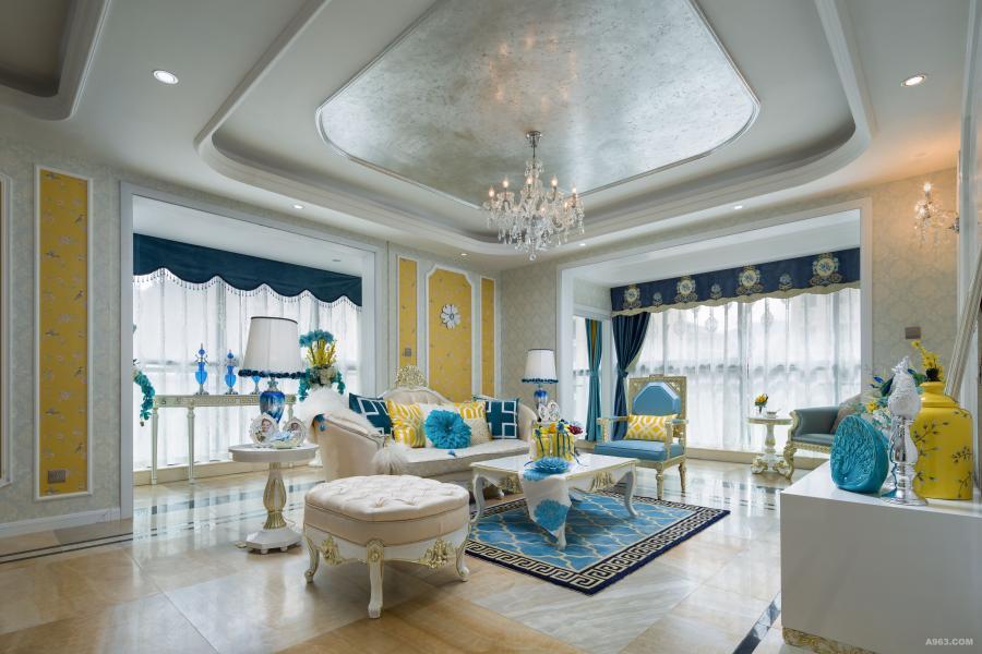 客厅布局上运用轴线的对称,提升了整个空间的居住感,整体米黄色空间中,采用蓝、黄为点缀色,做到了双色空间的协调性,使整体空间更加清爽。