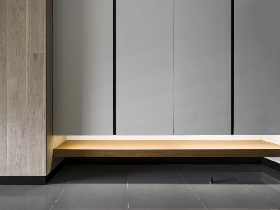 玄關櫃體設計,透過燈光、材質,引申層次、輕盈的意趣。