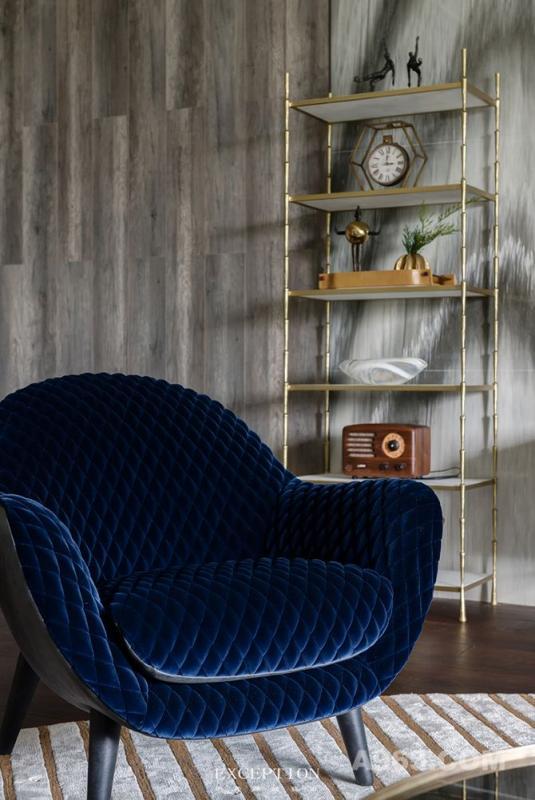 【单人椅品牌·Poliform】   世间所有相遇皆是缘,妙不可言的缘份到来时,业主一眼就相中了这把休闲椅,绒面的质感闪耀低调的光泽,在规整的菱格纹路中,感受流淌在掌心的舒适。    创立于1942年的顶级奢华家具品牌Poliform,产品以柜类为主,同时包括沙发座椅类、桌椅类、床类及厨房类。Poliform始终秉承简约实用才是完美的设计理念,工艺上它十分注重细节,做工精密严谨。