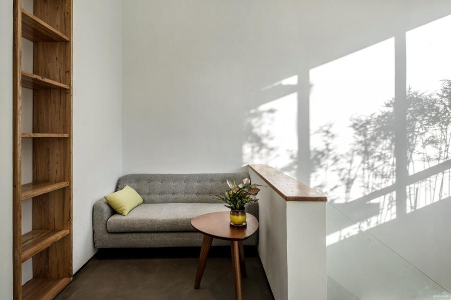 主楼梯口放一张休闲椅子,斑驳的光影下,一杯下午茶,一本软饰杂志,紧张的工作之余偷得浮生半日闲)二楼休息区。