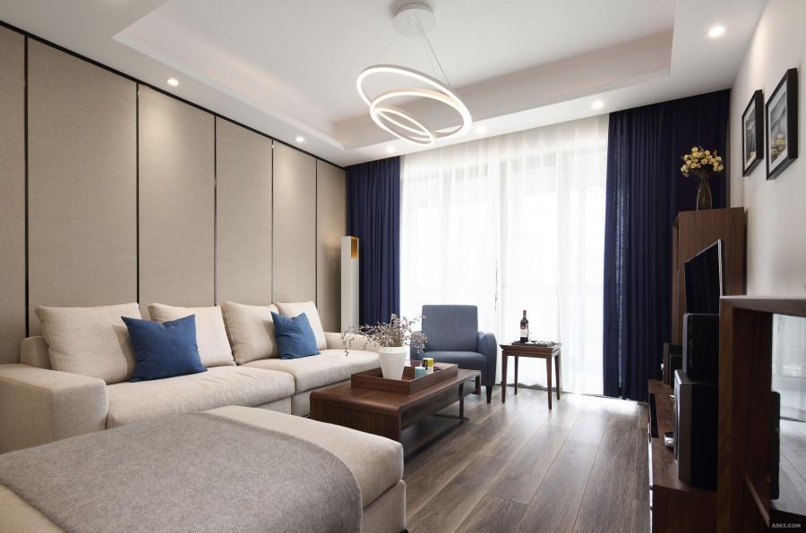沙发背景墙的亚麻硬包和布艺沙发的材质相得益彰。