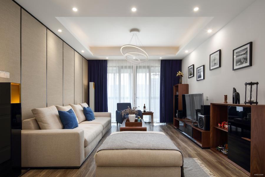 电视背景墙反其道而行,舍弃复杂的造型,采用大面积的留白,让组合柜和装饰画自成一体。