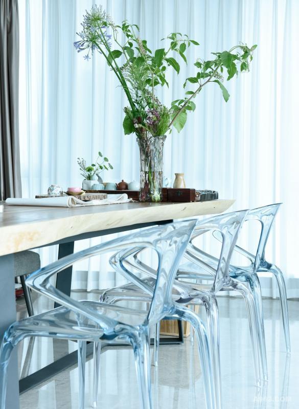 晶莹剔透的椅子与厚重的原木