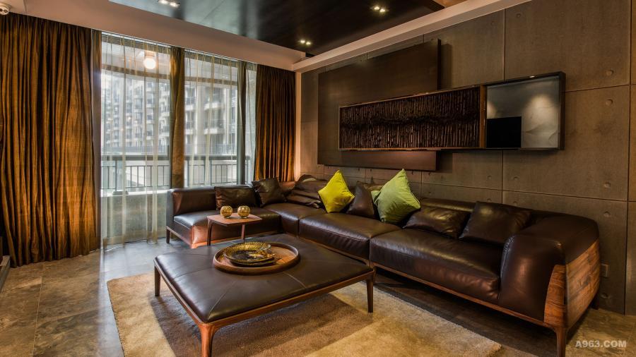沙發和茶几屬木結構捫皮革,集穩重典雅於一身,主題墻用水泥板鋪飾,再疊砌胡桃木砂?#27778;?#21644;金屬碎粒掛畫,層次豐富。