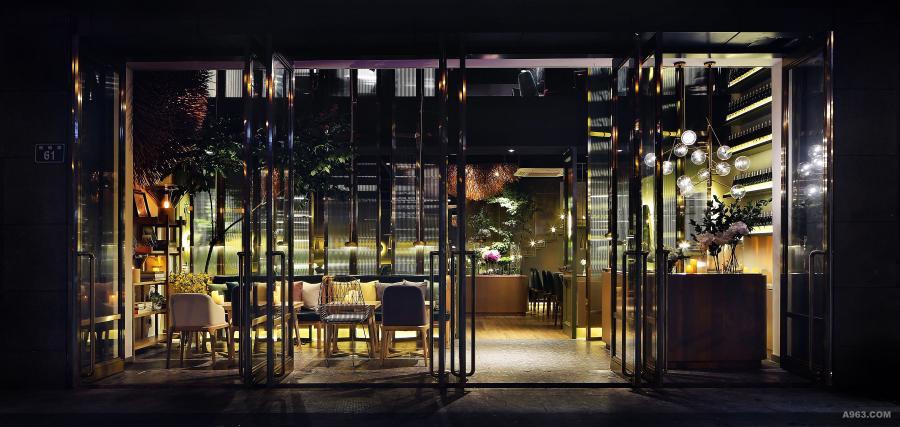 设计中将原来入口外墙改成可以全开的玻璃隔断,让室内空间融入到室外环境中,