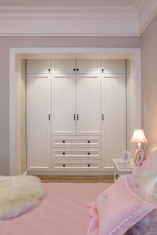 浅粉色镶蕾丝边的床品,浅蓝色窗帘,搭配定制卡通人物画。床头柜上的舞鞋小台灯和兔耳朵摆件,营造一个暖暖充满温馨感的小女生空间。