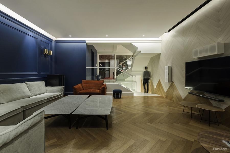 客厅:1.人字铺从地到墙面延续向上的意义,见推广软文,2.用蓝色护墙板,地板,白色乳胶漆三种材质与颜色对空间进行重组