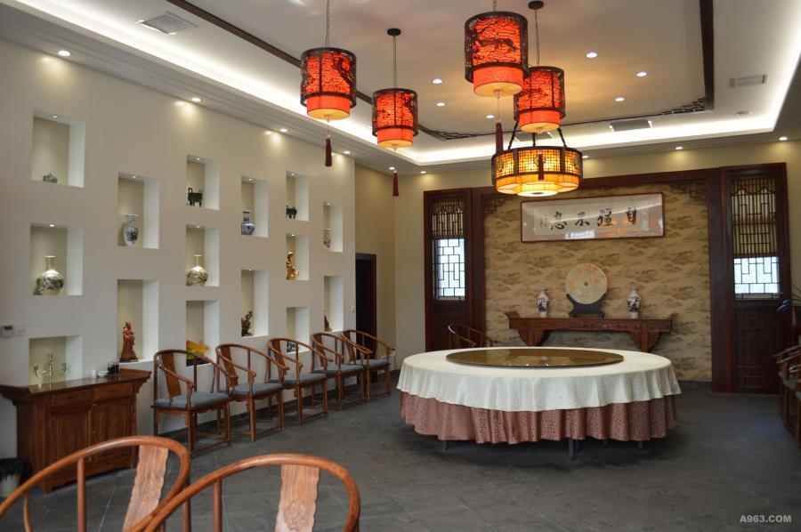 轻装修,重装饰的理念使之顾客达到满意的效果,冷暖互补。 在灯饰上体现温馨的氛围