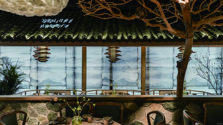 小桥、流水、绿树幽幽的门头,透过设定的半开敞视线,若隐若现看到内部错落的大小院子、老树、白云等儿时熟悉的中国院子生活的缩影和场景。