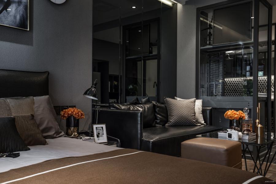黑色的皮质沙发凸显质感,再扔几个与床品同色系的灰色和棕色的抱枕。色调统一。