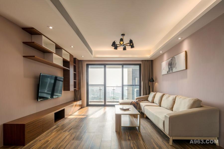 客厅没有复杂的电视背景墙,错落的储藏柜起到装饰的效果。