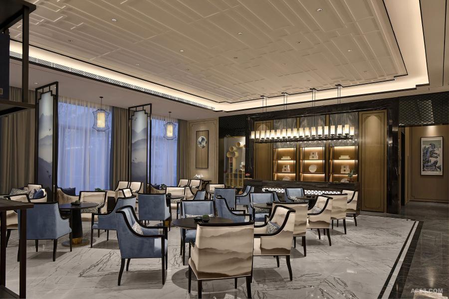 在天花和吊顶中又运用了大量的几何形装饰线条和不锈钢装饰材料,使得整个空间的设计又展示出一种现代美感。