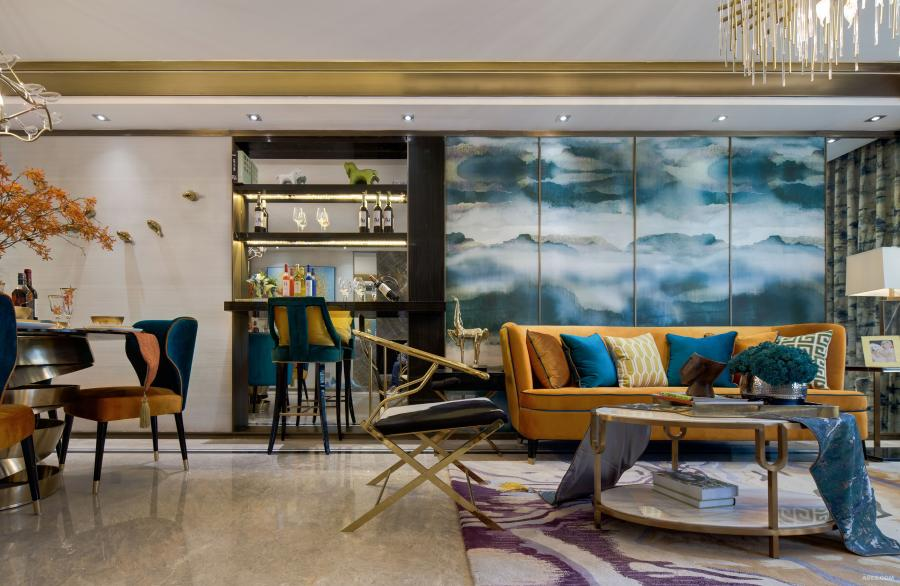客厅的主座是中国的贵族黄,背景是一幅烟波浩渺的中国写意山水画现代的提纯,设计师选用它,是一种运筹帷幄、大气磅礴。