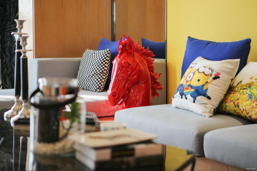 黄色的背景墙,蓝色做跳色的靠包,映衬小黄人的俏皮可爱。红色雕塑马,不是乱入,是收藏,是艺术的点缀。