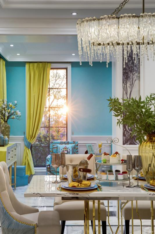 一抹翠绿的叶子配上金茶色的玻璃瓶,一种在油画世界里就餐的氛围油然而生。