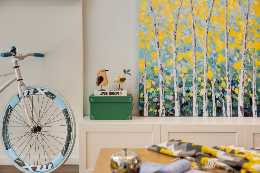 主人公喜欢收藏,精致而又有质感的小鸟摆件儿,色彩鲜明的油画。只要是心头爱,都是无价之宝。
