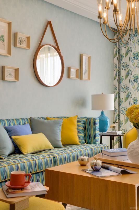 茶几上的黄色花艺与电视柜上的油画,相互呼应,搭配协调。