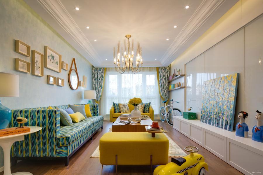 蓝色的壁纸搭配黄色、蓝色的沙发,黄蓝颜色的搭配,使整个屋子都特别温柔,时尚、清新。