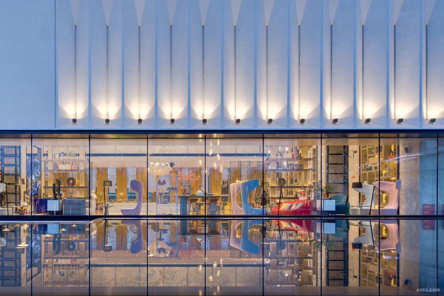 外部设计将建筑、室内、园林之间的界限模糊化,园林处设有镜面式的水体,与建筑的整面落地窗共同形成一种视觉上的亦真亦幻。