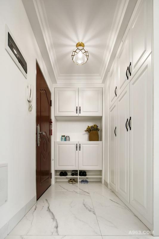 入户位置两侧收纳柜可以满足一家六口的鞋帽和小朋友书包的收纳