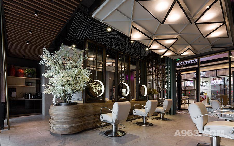 苑苑形象设计位于杭州钱塘江南岸滨江宝龙城,整体面积约150平方米。 从踏入门店的那一刻,便能感受到一丝不属于繁华地段的温馨与柔和。