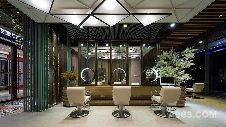 剪发区木质墙面带来的质感和安静的色彩让人放松、惬意, 设计感强烈的三角顶灯散发柔和均匀的光泽, 几何形状灯饰与流线型梳妆台面相辉映。