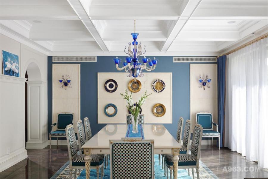 水晶吊顶+白色餐桌+盘子装饰的墙面,无需多么奢华的材质与繁杂的造型堆砌,一些走心的搭配,就组合了如此清新而又奢华的餐厅,在这里进餐该是多么幸福的事呢?