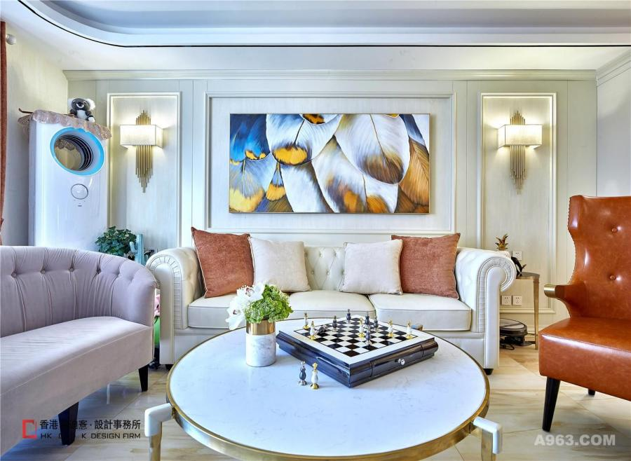 客厅:在保持美式的稳重与端庄的基础下,通过加入清新与时尚的元素,在优雅的空间里打造出了一个轻松舒适的氛围。金属色是今年非常流行的颜色,同时金属的质感能提升整个环境的精致感和时尚度。