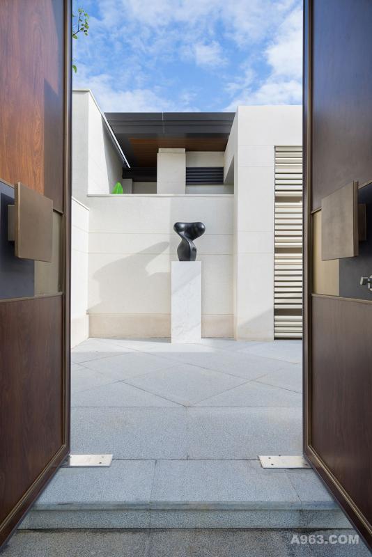 从院落进来,一扇古铜与深木色渲染的大门,彰显着大户的典雅与气派。推开厚重的大门,设计师以极简流畅的造型,营造雅静的视觉,抽象化的装置艺术品形成写意与留白的空间效果,提起观者浓厚的审美期待。