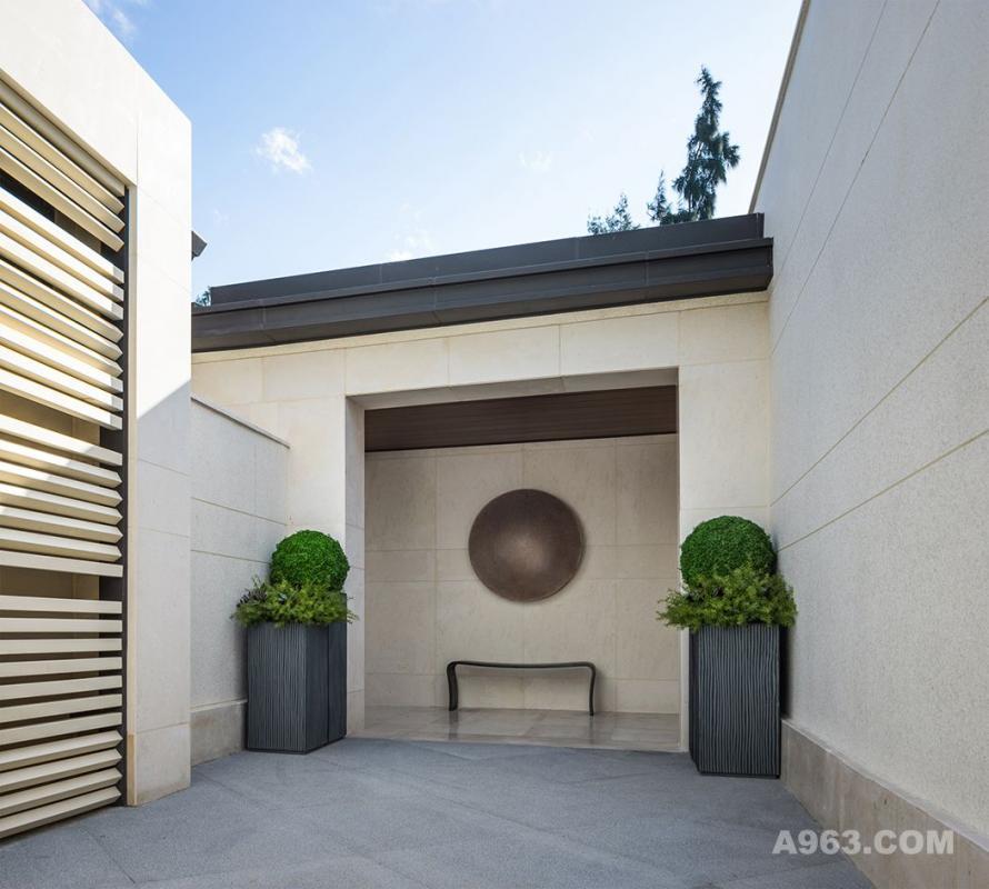 玄关处,生着古锈的圆盘挂在墙壁上,复古的装置和Eric Schmitt的长桌,用一种极致的冷静和简约,营造空间的高贵与静穆。
