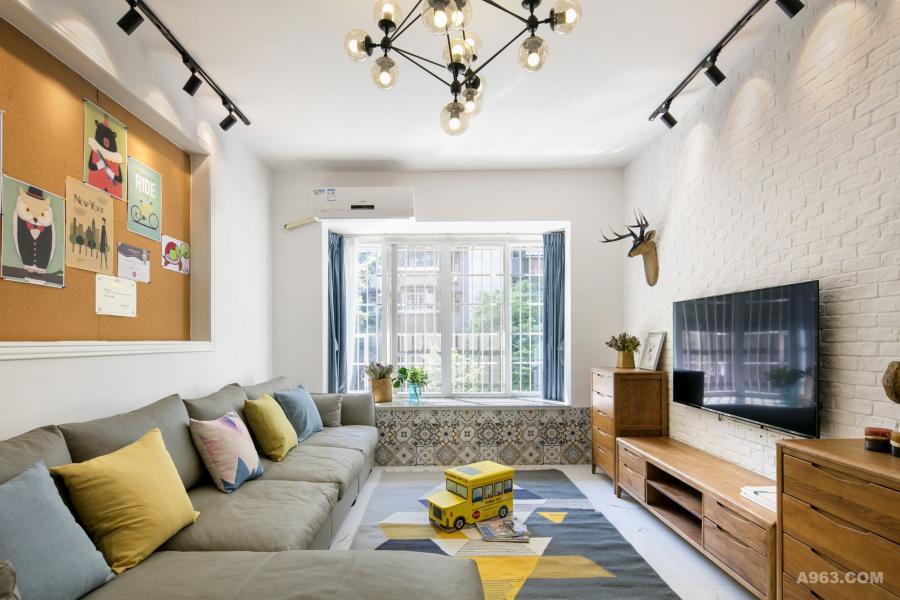 深灰色皮质转角沙发,搭配黑胡桃电视柜赋予空间大自然朴实的气息!舒适、干净、素雅、温和,软装色彩搭配是重点