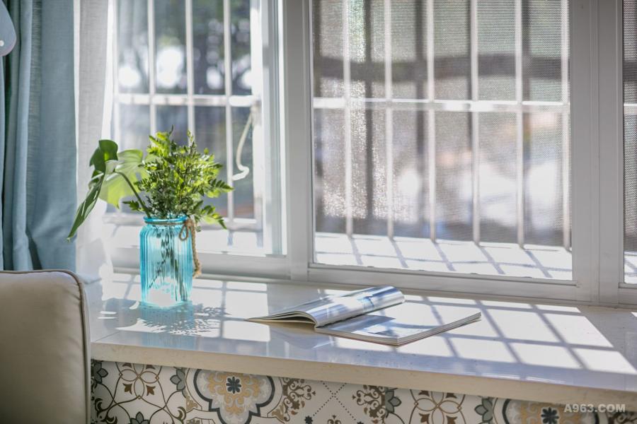 在没有阳台的客厅,我们极力利用飘窗为屋主创造明媚和煦的温暖!