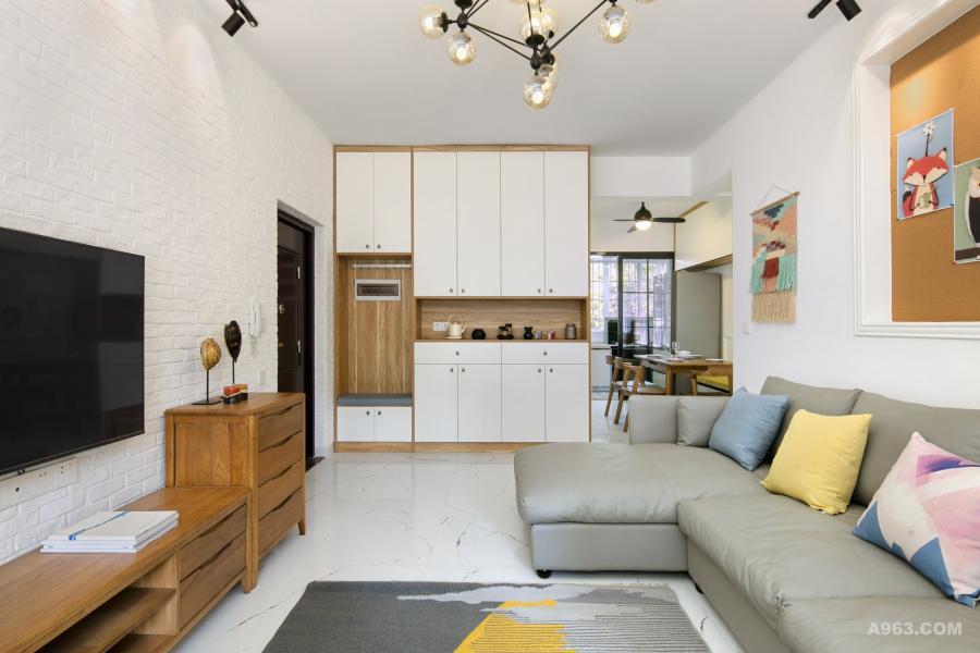 按需定制的到顶收纳柜,充分利用了立面空间, 客厅目光所及之处只有整齐、和谐的舒适!