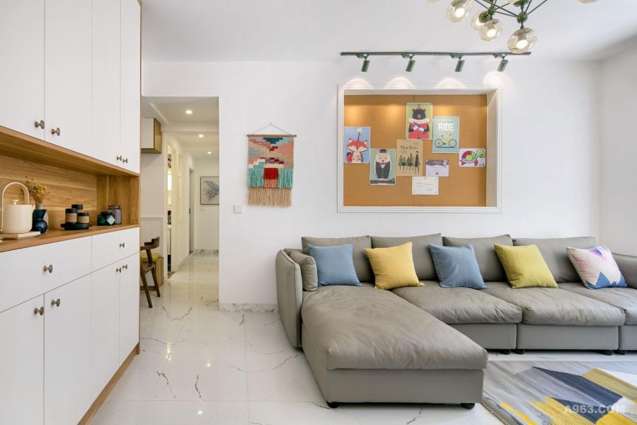 挂毯也是设计的一个亮点,让墙面看起来不再单调的同时也使空间更加柔和