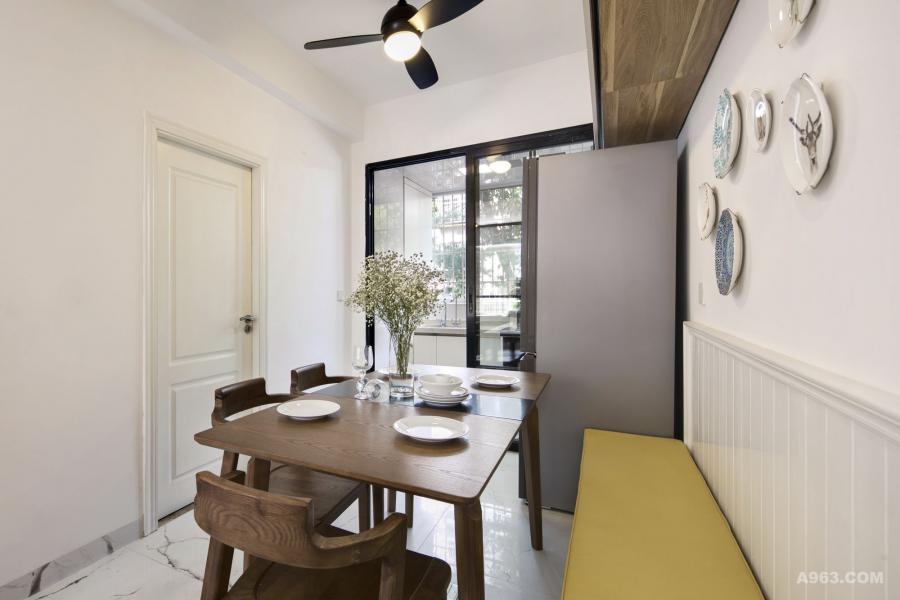 线条简洁的桌椅搭配风扇灯,在绿树成荫的校园里,几乎可以替代空调; 暖暖的灯光,营造最温馨惬意的氛围!