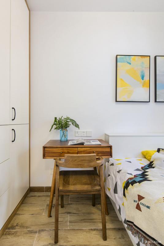 长辈房打破一惯素雅的软装搭配做法,采用比较鲜艳的色彩,但也不乏稳重的气息,干净、利落。