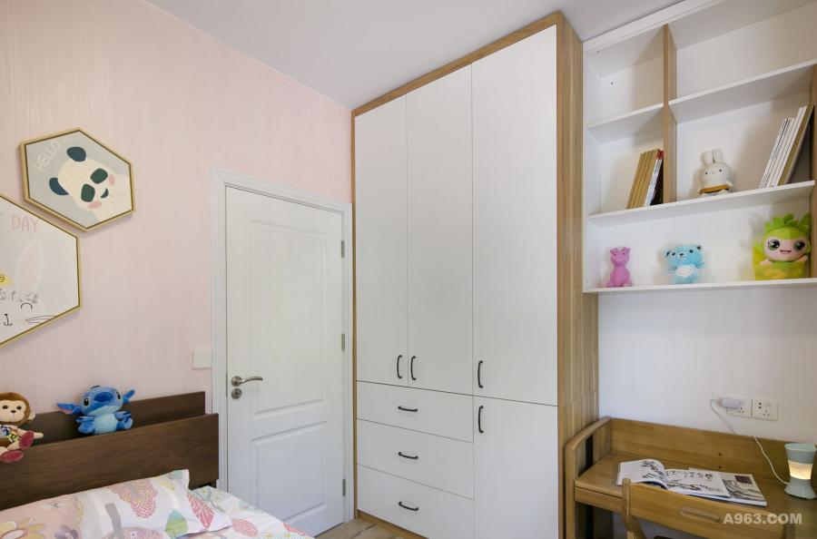 门后空间分两部分设计: 一侧是到顶衣柜;