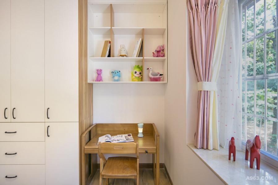 靠窗一侧设计书桌,在有限的空间让小女孩也有自己的学习天地!