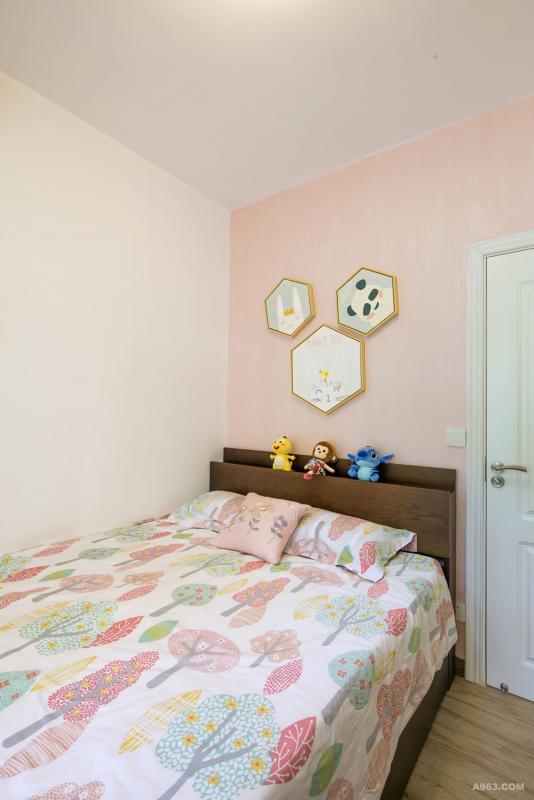 女孩房以少女粉色调与白色墙面进行搭配,营造出柔和温润的生活气息。