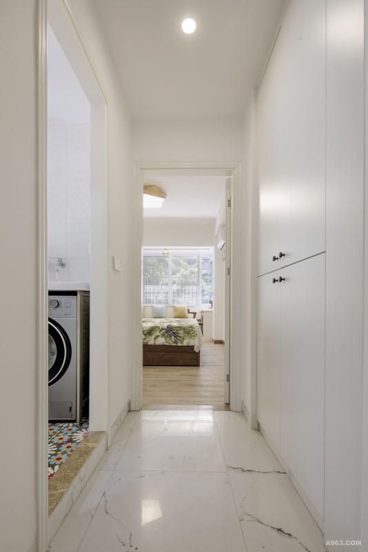 我们在既美观又实用的前提下利用过道凹位设计入墙储物收纳柜, 不浪费任何一寸可以利用空间!