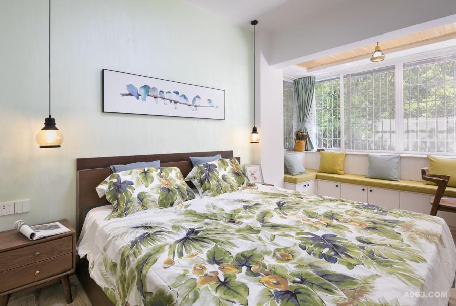 整体主色调选用女主人喜欢的绿色系,适合休息入眠。 黑胡桃家具清新自然,整个空间显得温馨舒适!