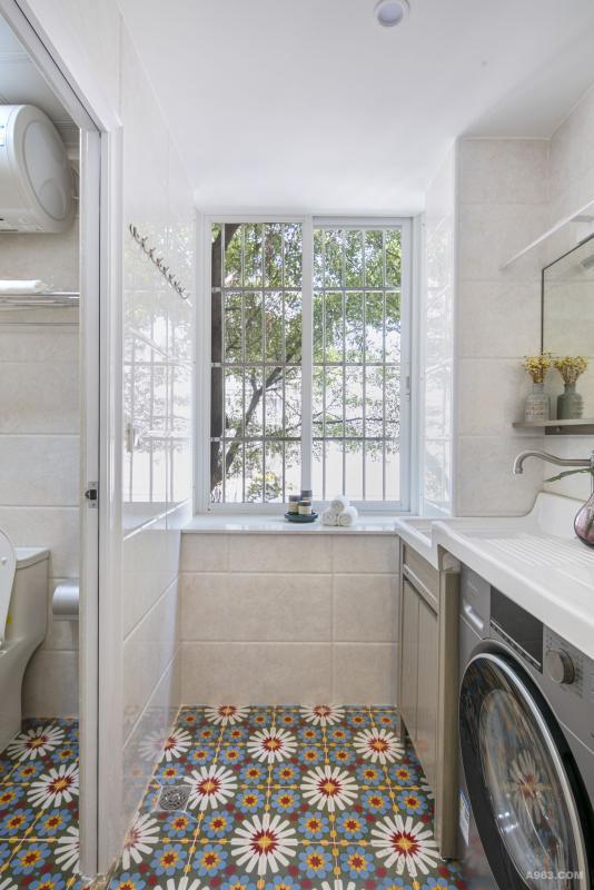 干湿分区设计,把洗手台分为两部分,设计洗衣机位置