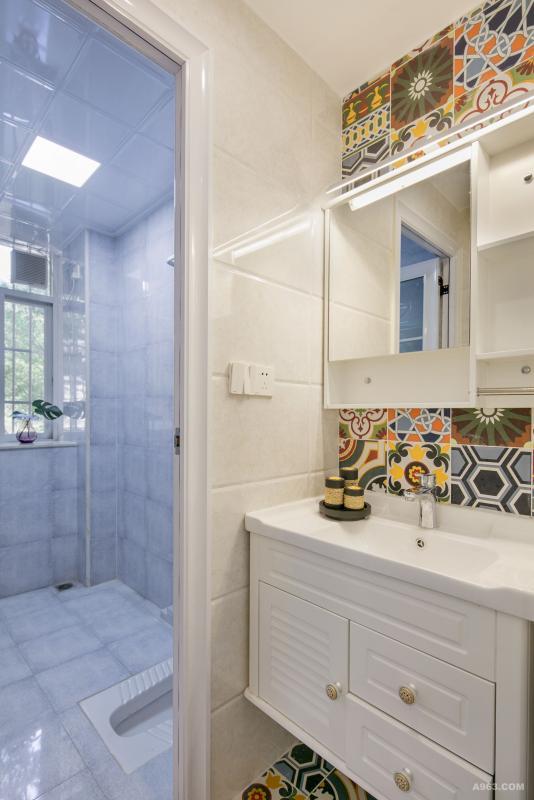 公卫洗漱区单独隔离,美观实用, 正面墙面和地面采用五颜六色、绚丽多姿的小花砖,让外置的洗漱空间更加出彩。
